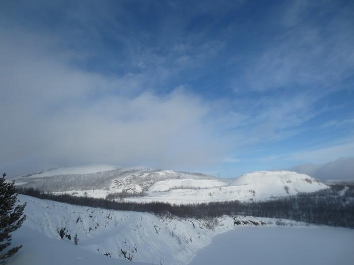 Berget Luossavaara i strålande vinterväder. Luossavaara är det som L:et står för i LKAB.