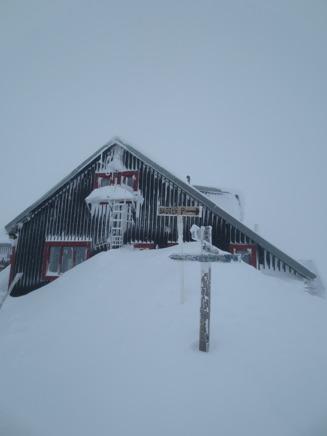 Låktatjåkko Fjällstation i vinterskrud