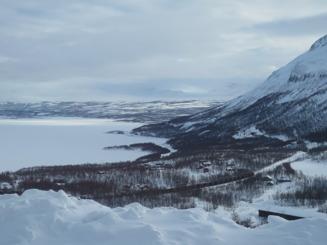 Tåget mot Narvik for förbi med sin last av järnmalm.
