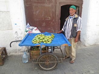 Försäljning av kaktusfikon. Vanligtvis äter man dem direkt på platsen, efter att mannen som säljer dem skalat dem.