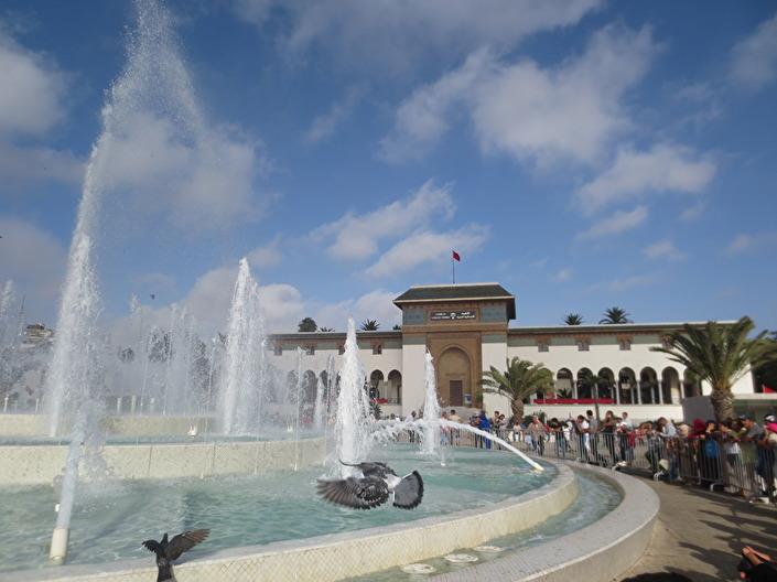Både på dagar och kvällar samlas människor på Mohammed V torg, för att titta på fontänen eller bara promenera runt
