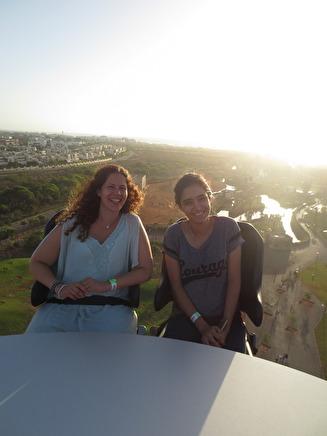 Jag och mitt kusinbarn befinner oss högt upp i Sinibadparken