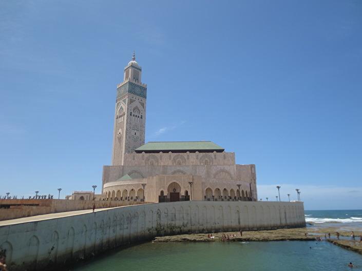 Hassan II moské ligger vackert vid havet. Brevid är det många barn som badar. Byggnaden är väldigt fin och väl värt ett besök.