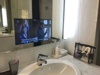 Inbyggd tv i badrumsspegeln var en av många roliga detaljer.