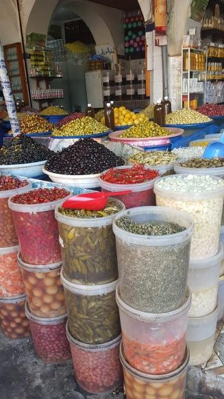 En liten butik som säljer oliver och inlagda grönsaker.