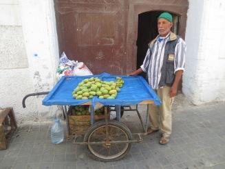 En försäljare av kaktusfikon.