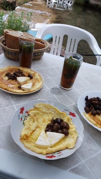 En ganska typisk marockansk frukost, myntate, ägg och bröd