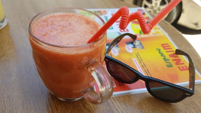 En härlig juice med persika, jordgubb, banan och apelsin