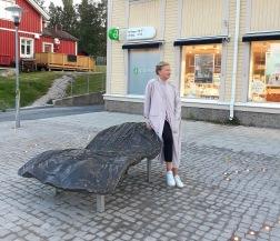 Konstnären Helena Byström med verket Tornedalskvinnan i Övertorneå.