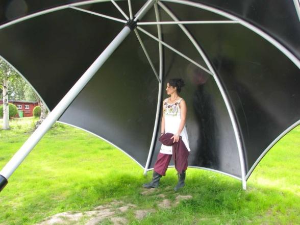 """Pilar de Burgos framför verket """"The Protector"""", 2011, uppfört i Haparanda stad"""