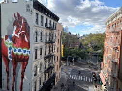 Dalahäst i New York av Shai Dahan