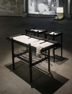 Lena Ylipää: Arkivet – Långsamhetens läsning (2021). Installation. Arkivskåp, teckningar.