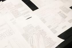 Detalj ur Lena Ylipää: Arkivet – Långsamhetens läsning (2021). Installation. Arkivskåp, teckningar.