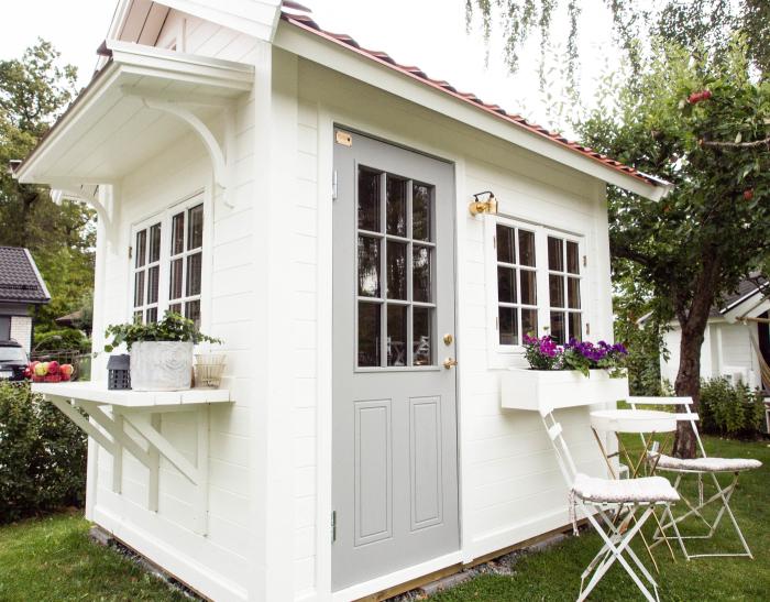 Förråd, Hönshus och redskapsbod Rickling storlek 5, målad i vitt, med tillvalen: Arbetsbänk, takpanneplåt och grundmålad.