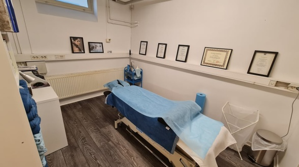 Massagerummet innehåller oljevärmare, värmefilt, bekväm bänk och privat ombyte.