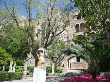Parken utanför den berömda katedralen i Palma