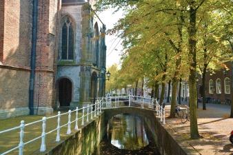 Kyrka längs kanal i Delft.