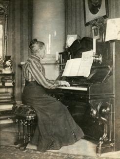 Modern Sofia Wilhelmina Peterson f. Berger vid sin tramporgel i Umeå. Det var hon som introducerade sonen till musiken.