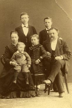 PB med sin familj i Umeå. Moder Sofia Wilhelmina, fader Olof, broder Einar, syster Gerda, broder Folke.