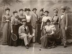 PB och hans broder Einar tillsammans med sportintresserade ungdomar i Umeå 1885-90. PB sitter längst fram med krocketklubba.