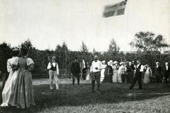 Tennisspel på Änge gård, Frösön 1894-95. Lars Tirén i mitten, PB längst till vänster, omgivna av hänförda åskådare i vackra kläder. Lägg märke till unionsflaggan.