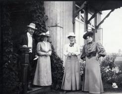 PB tillsammans med sina vänner från Stockholm som var inackorderade hos familjen Englund/Tirén på Källtorp på Frösö. Här ses fru Colliander, frk Colliander och Mathilda Jungstedt-Reutersvärd 1906.