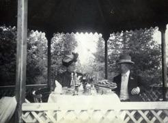 PB och operasångerskan Mathilda Jungstedt-Reutersvärd på lunch på Aspnäs värdshus i juli 1906.