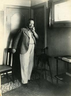 Sommarhagen, biblioteket 1934, PB talar i telefon. Telefonnummer 41B.