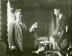 PB tillsammans med Paul Jonze, konstnären som målade interiören i Sommarhagen. Här på altanen 1915. Jonze har brutit armen sedan han ramlat ner från en ställning då han utförde måleriet.