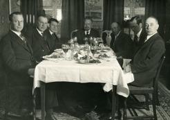 Efter 1930 umgicks han flitigt med Östersunds kända personligheter. Här är det supé på Turisthotellet med direktör Ålund, V. Bård, bibliotikarie Jakoboxsky, lektor Zeilon, konsul Ragnar Olsson m fl.