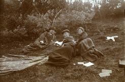 PB tillsammans med Janrik Bromé och Helga Englund på utflykt till Ströms Vattudal 1912.  Det var av Bromé som PB köpte tomten Frösön där han sedan kunde bygga Sommarhagen.