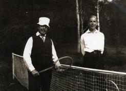 PB spelar tennis på Sommarhagen med syskonbarn.