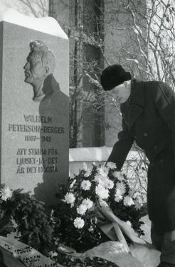 Prosten på Frösön, Johan Björck, var en av PBs goda vänner. Det var han som fick utföra begravningsgudstjänsten 8 december 1942 och såg till att PB fick sin grav alldeles utanför Frösö kyrka.