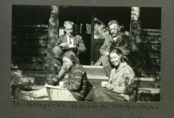 PB med sina syskobarn på Sommarhagen  inför en fjällfärd.