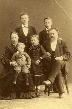 PB with his family in Umeå. Mother Sophia Wilhelmina, father Olof Einar brother, sister Gerda, brother Folke.