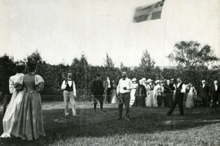 Tennis play on Änge farm, Frösön 1894-95. Lars Tirén in the middle, PB far left, surrounded by enthusiastic crowds in fine clothing. Notice the United Kingdoms of Sweden and Norway flag.