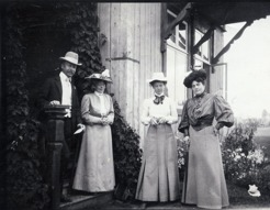 PB together with their friends from Stockholm. Theywere boarders at the family Englund/Tirén on Källtorp on the island of Frösö. PB, wife Colliander, Miss Colliander and Mathilda Jungstedt-Reutersvärd in 1906.