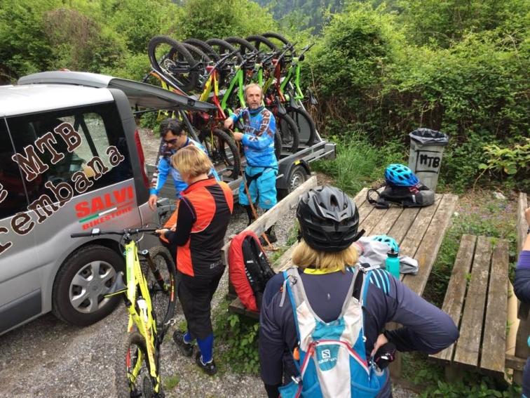 Shuttlebuss tar cyklar och cyklister upp i bergen