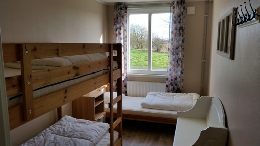 Pris övernattning billigt boende i trebäddsrum på Björkängs Vandrarhem  längs kustvägen mellan Varberg & Falkenberg