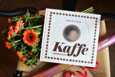 """Boken """"Kaffe –världens dryck"""" av Anne Nilsson är en perfekt present till alla kaffedrickare."""