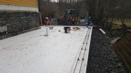 Tillbyggnad med platta på mark.