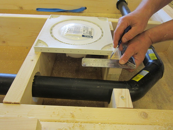 Arbete med golvbjälklag till ett Attefallshus.
