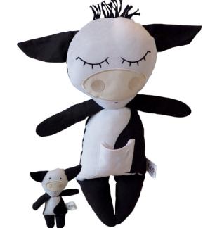 Kramdjur kossa med liten kalv på magen.