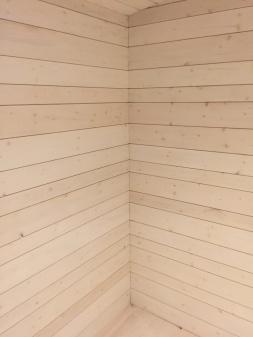 Vid beställning av nyckelfärdiga stugor ingår specialhyvlad panel 22 mm tjock med treolika bredder som är placerade i ett specielllt mönster.