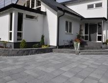 En bra grund med Kuskatorpets makadam och stenmjöl ger stabil plattsättning.