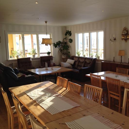 Salongen på Villa Lowar helrenoverades 2015. Stora fönsterytor och ljust.