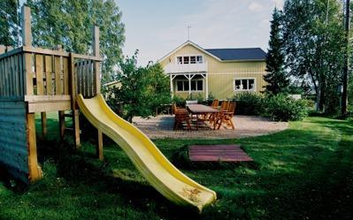 Matplats på trädgårdssidan med lekplats i direkt anslutning. Praktiskt!