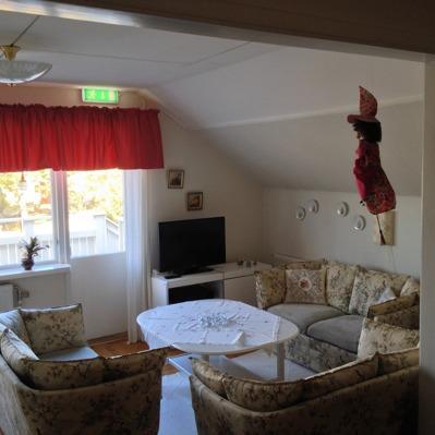 Det finns fem sällskapsrum i villan - detta rum finns på ovanplanet.