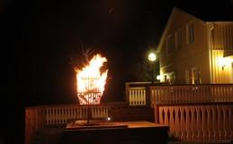 Använd eldkorgen för att skaffa feststämning på vinter. På sommaren kan den värma ljumma sommarkvälla. Björkveden ingår i hyran.