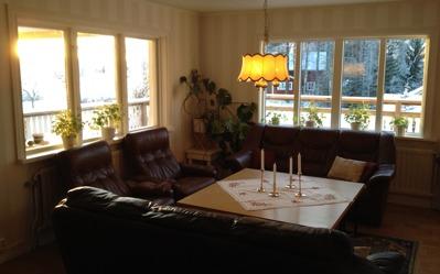 Soffgruppen i salongen finns i andra delen av den stora matsalen.